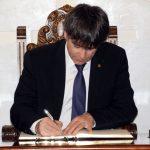 El president Carles Puigdemont signa el Llibre d'Honor de l'Ajuntament de Martorell