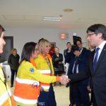 El president Puigdemont saludant a les treballadores de l'Hospital